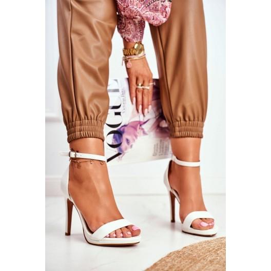 Jednoduché dámske biele sandále na vysokom opätku