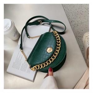 Krásna dámska zelená crossbody kabelka so zlatou reťazou