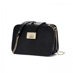 Čierna kufríková crossbody kabelka s retiazkovým remienkom