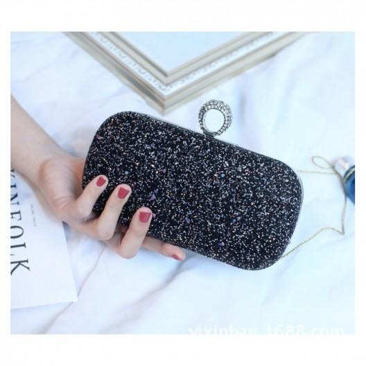 Čierna listová kabelka s retiazkou a ozdobným prsteňom