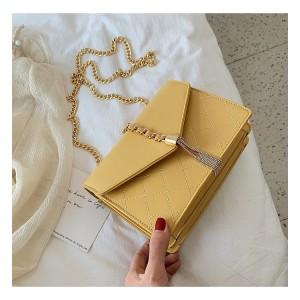 Štýlová dámska žltá crossbody kabelka so zlatou retiazkou