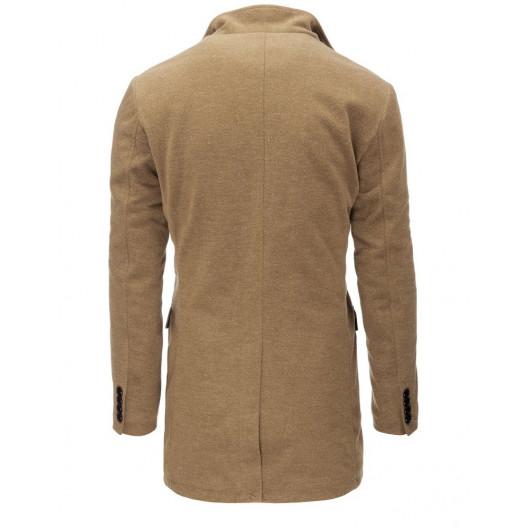 Moderný pánsky hnedý kabát klasického strihu na gombíky