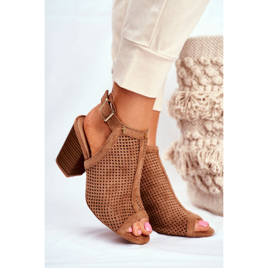 Dámske hnedé sandále s dierkovaným designom a opätku