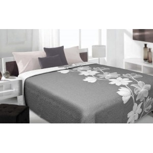 Sivo biely prehoz na posteľ s kvetmi