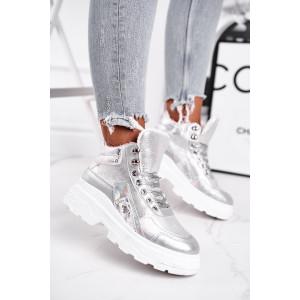 Zateplené športové topánky striebornej farby na hrubej podrážke
