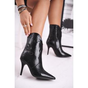 Čierne dámske čižmy kovbojky v módnom designe