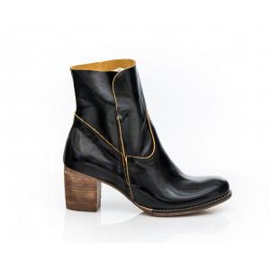 Čierne dámske kožené topánky so žltým prešívaním