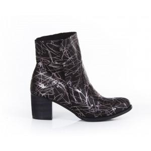 Kožené dámske členkové topánky so strieborným vzorom