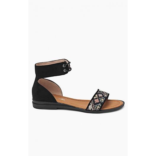 Trendy dámske sandále čiernej farby zdobené viazaním