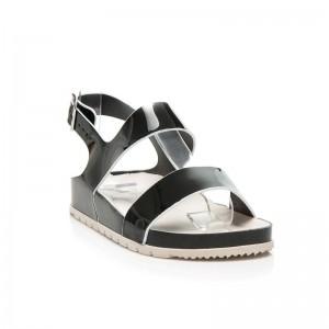 Dámske sandále čiernej farby s rovnou podrážkou