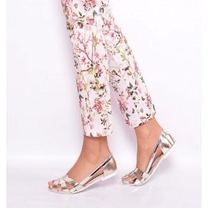 Trendy dámske sandále zlatej farby