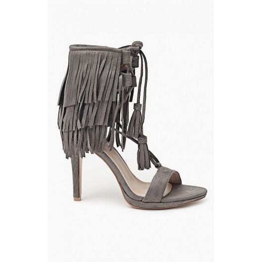 Trendy sivé dámske sandále zdobené strapcami