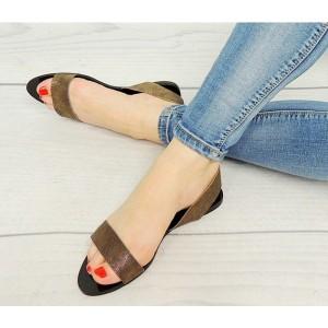 Dámske sandále zlatej farby s čiernou podrážkou