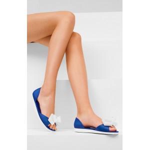 Trendy dámske sandály modrej farby s bielou mašľou