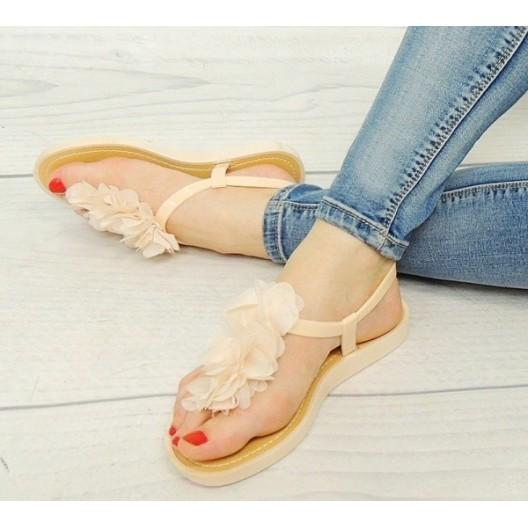 Dámske sandále krémovej farby so zapínaním na boku