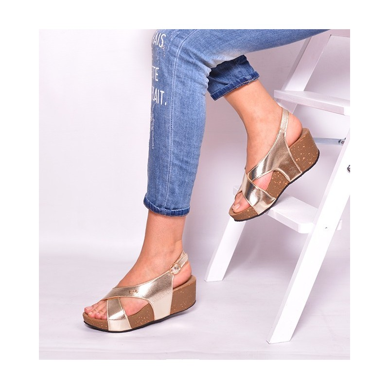 Trendy zlaté dámske sandále na platforme - fashionday.eu d8b299f89e9