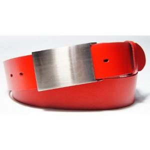 Moderný pánsky opasok červenej farby so striebornou prackou