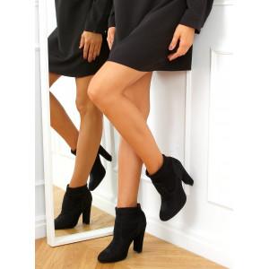 Krásne dámske čierne členkové lesklé topánky na vysokom opätku