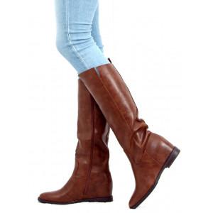 Moderné dámske koňakovo hnedé čižmy na nízkej podrážke