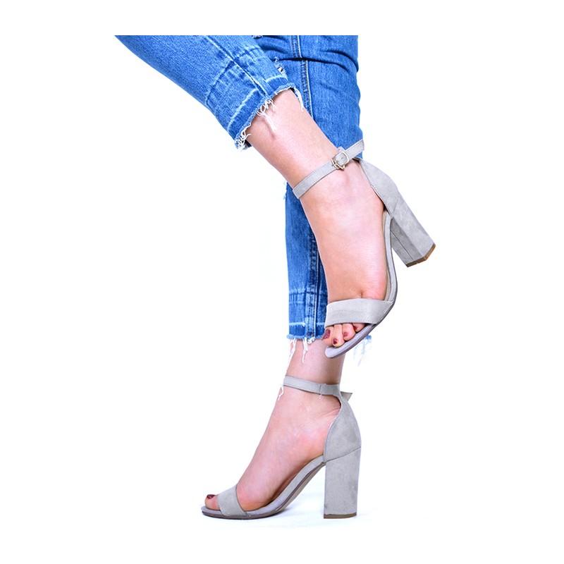 fec36e38ad88 Predchádzajúci. Sivé dámske sandále na hrubom opätku ...