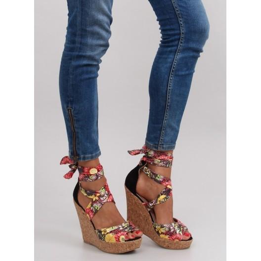 Kvetované dámske sandále na platforme v čiernej farbe