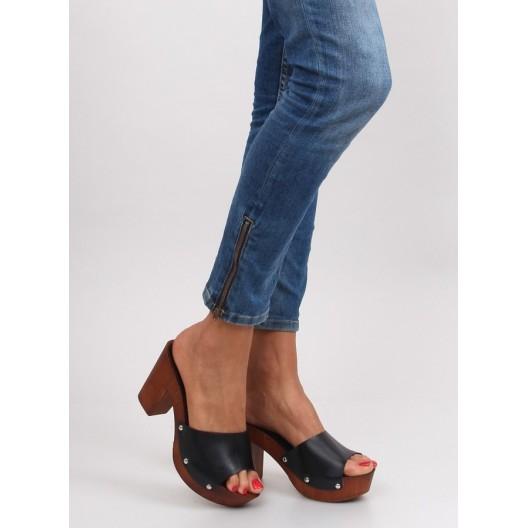Dámske sandále na opätku čiernej farby