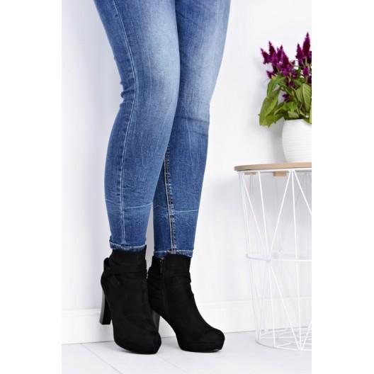 Dámske topánky na podpätku čiernej farby