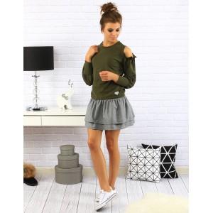 Krásny dámsky sveter v zelenej farbe s dlhým rukávom a výrezom na ramenách