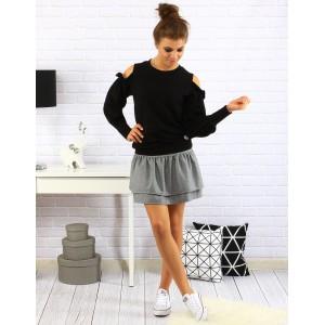 Krásny sveter pre dámy v čiernej farbe s ozdobou na ramenách