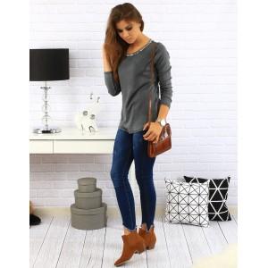 Dámsky sveter tmavo sivej farby s dlhým rukávom a striebornou ozdobou okolo krku