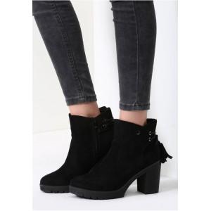 Čierne dámske zimné topánky na podpätku so strapcami na zadnej strane