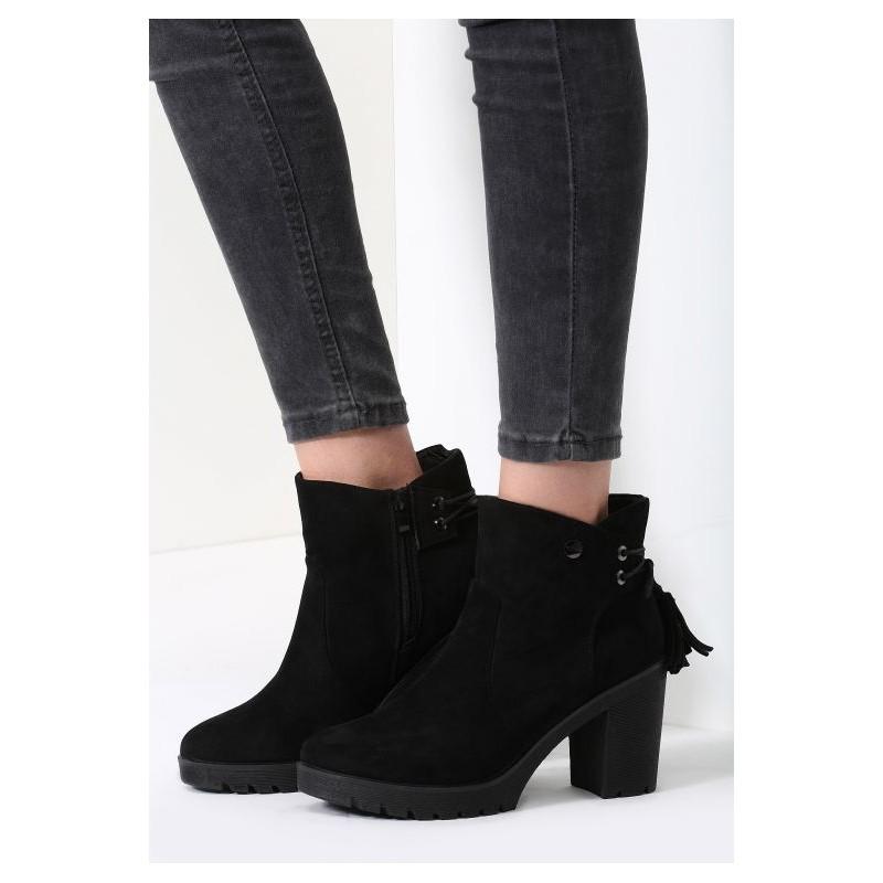 8f7b8b556eb15 Čierne dámske zimné topánky na podpätku so strapcami na zadnej ...