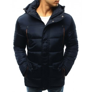 Pánska zateplená zimná bunda s kapucňou v tmavo modrej farbe s oranžovým lemovaním okolo vreciek