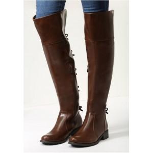 Kožené dámske čižmy nad kolená v hnedej farbe na nízkom podpätku s mašličkami v zadnej časti