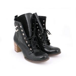 Dámske kožené topánky s retiazkou čiernej farby na vysokom podpätku