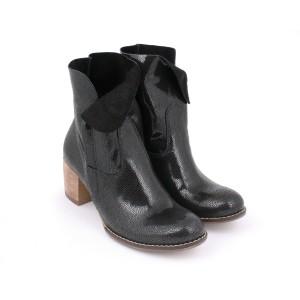 Dámske kožené lakované topánky čiernej farby na opätku