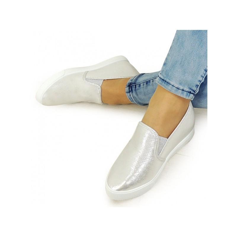 a7b7fcbe5478 Dámske strieborné členkové topánky s bielou podrážku na skrytom ...