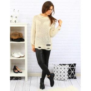 Béžový dámsky pletený sveter moderného strihu s dlhými rukávmi na voľný čas