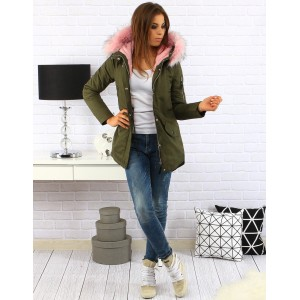 Moderná dámska zimná bunda zelenej farby s kapucňou a ružovou kožušinou