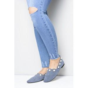Extravagantné topánky modrej farby ozdobené perlami