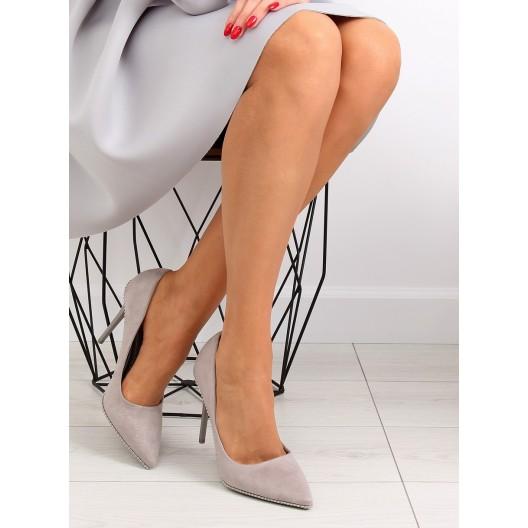 Krásne topánky na opätku so striebornými guličkami