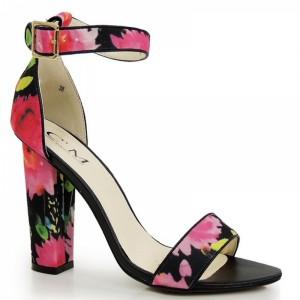 Kvetované dámske sandále na hrubom podpätku v čiernej farbe