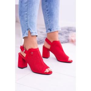Červené sandále so zapínaním okolo členka