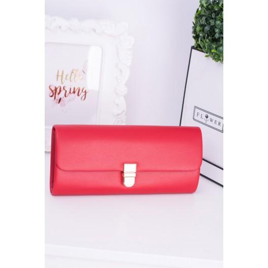 Červená kabelka na spoločenské udalosti