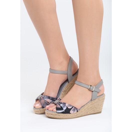 Sandále na platforme sivej farby